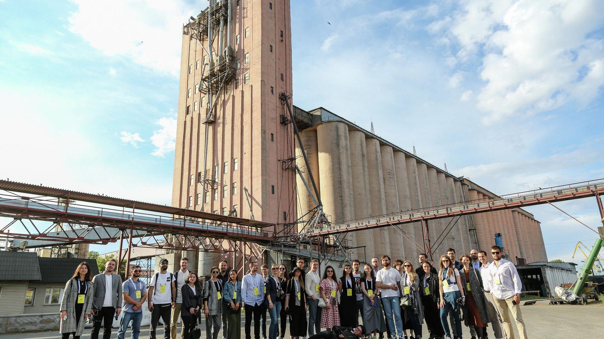 Участники второй Российской молодежной архитектурной биеннале возле портового элеватора в Казани - РИА Новости, 1920, 31.10.2019
