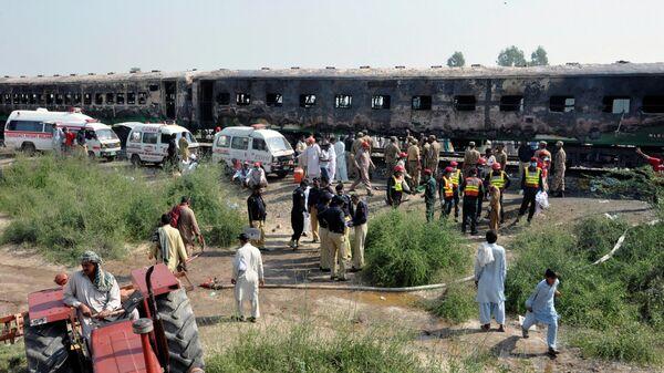 Пожарные и спасатели на месте пожара в поезде в Пакистане. 31 октября 2019