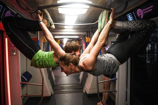Участницы молодежного фестиваля уличных культур Метро Индастриалс на станции московского метро Деловой центр