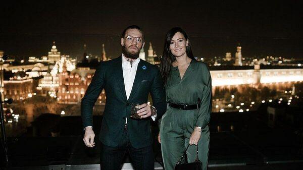 Конор Макгрегор с супругой во время визита в Москву