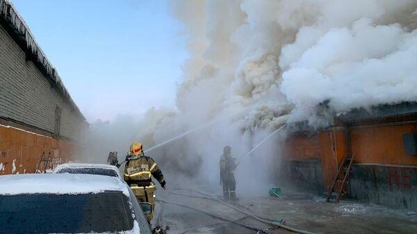 Овощной склад горит в Мурманске на площади 200 квадратов. 1 ноября 2019