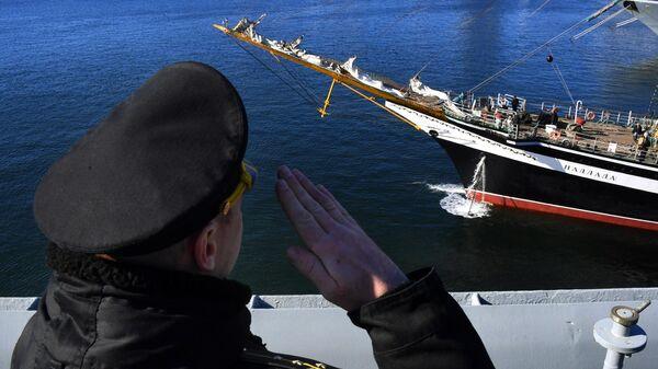 Военный моряк приветствует экипаж судна Паллада во время торжественных проводов в кругосветную экспедицию