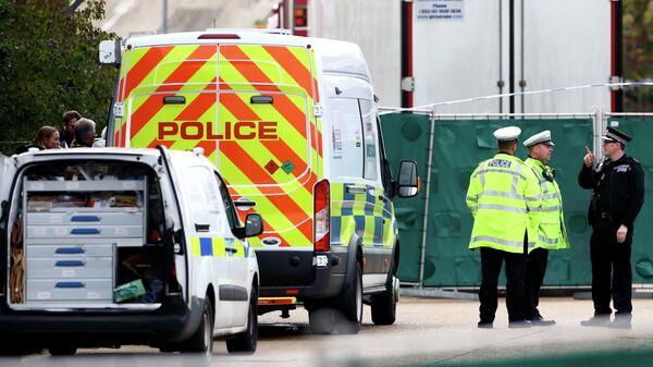Полицейские у грузовика, в котором были обнаружены 39 замороженных тел, в британском городе Грейс