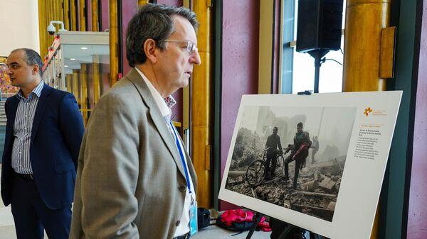 Посетитель у фотографии Самира Аль-Думи на выставке победителей Международного конкурса фотожурналистики имени Андрея Стенина в Нью-Йорке