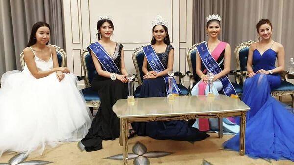 Победительница конкурса красоты Miss CosmoWorld 2019 Сандра Соман (в центре)