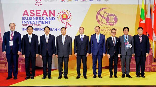 Председатель правительства РФ Дмитрий Медведев на церемонии совместного фотографирования на деловом инвестиционном саммите АСЕАН-2019 в Бангкоке