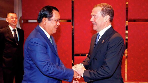 3 ноября 2019. Председатель правительства РФ Дмитрий Медведев и премьер-министр Камбоджи Хун Сен (слева) во время встречи в рамках делового инвестиционного саммита АСЕАН-2019 в Бангкоке