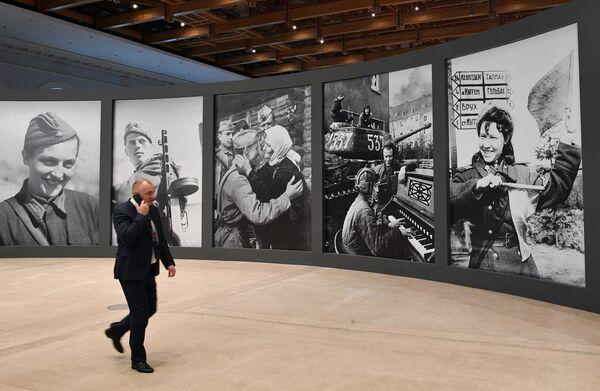 Посетитель на выставке Память поколений: Великая Отечественная война в изобразительном искусстве