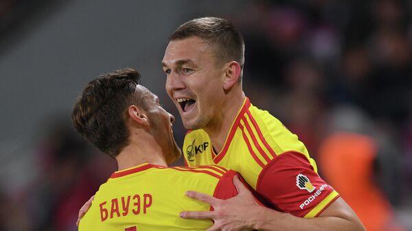 Игроки Арсенала Роберт Бауэр и Евгений Луценко (справа)