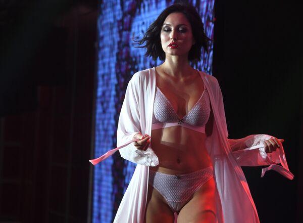 Участница показа коллекции нижнего белья в рамках Lingerie Fashion Week