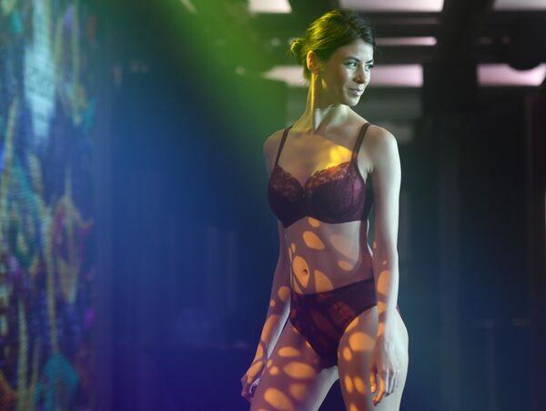 Участница показа коллекции нижнего белья на Senselle by Felina в рамках Lingerie Fashion Week