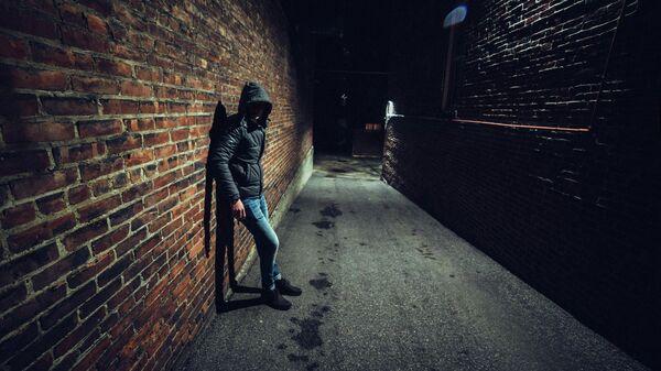 Подозрительный человек в темном переулке