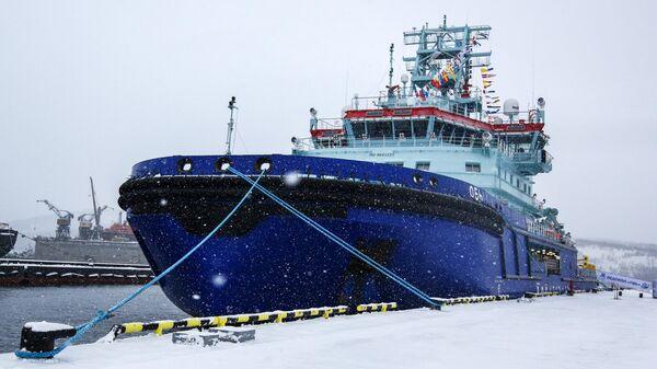 Первый неатомный дизель-электрический ледокол Обь Росатомфлота в порту у морского вокзала в городе Мурманске. 5 ноября 2019