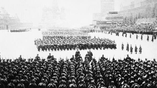 Военный парад на Красной площади  в Москве 7 ноября 1941 года. После парада войска отправляются на фронт.