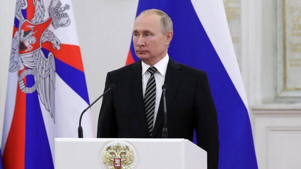 Президент РФ Владимир Путин выступает во время встречи с группой офицеров по случаю их назначения на вышестоящие должности и присвоения высших воинских и специальных званий