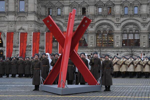 Участники марша, приуроченного к 78-й годовщине парада 7 ноября 1941 года на Красной площади