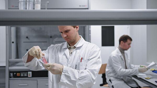 Сотрудники в Национальной антидопинговой лаборатории, открытой в Московском государственном университете имени Ломоносова