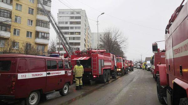 Пожарная техника у жилого дома на улице Дмитриева в Уфе, где произошел пожар
