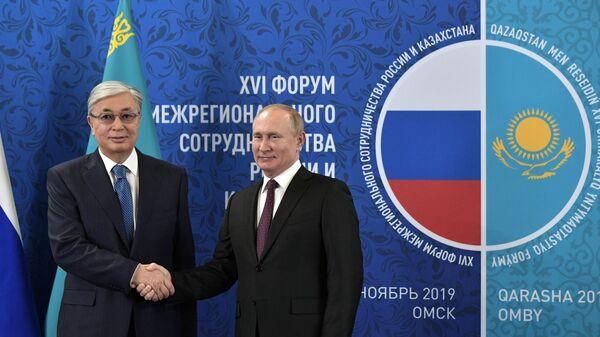 Владимир Путин и президент Казахстана Касым-Жомарт Токаев на форуме межрегионального сотрудничества России и Казахстана в Омске