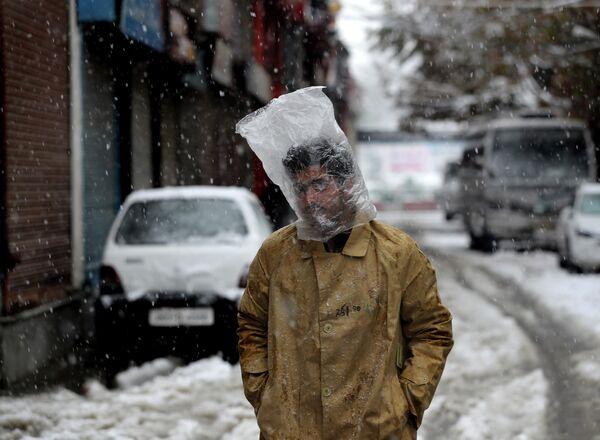 Мужчина во время снегопада в Сринагаре, Кашмир