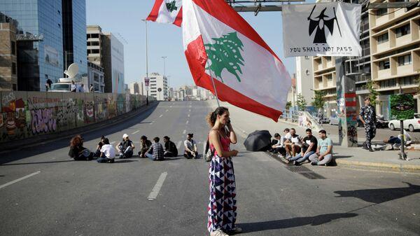 Женщина с флагом Ливана во время антиправительственных протестов в Бейруте
