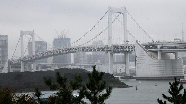 Радужный мост, соединяющий искусственный острой в Токийском заливе с центром Токио