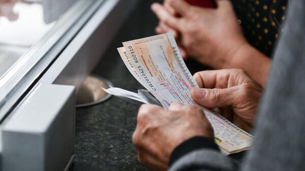 Мужчина покупает билеты на железнодорожном вокзале в Симферополе