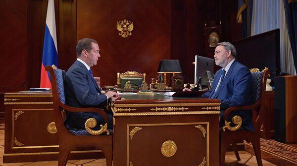 Председатель правительства РФ Дмитрий Медведев и руководитель Федеральной антимонопольной службы Игорь Артемьев во время встречи