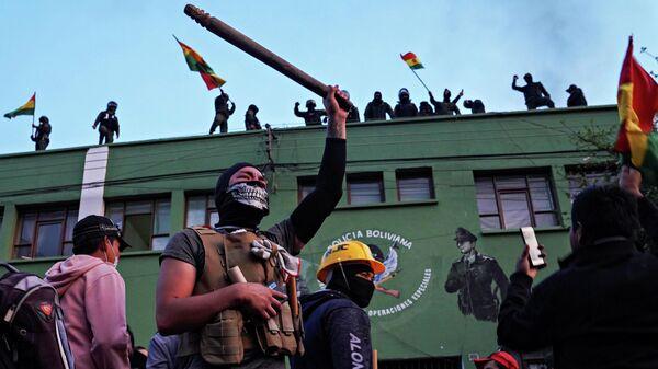 Участники антиправительственной акции протеста в городе Кочабамба, Боливия. 8 ноября 2019