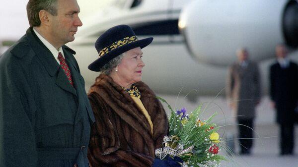 Первый вице-премьер РФ Олег Сосковец и королева Елизавета II во время встречи в аэропорту. 1994 год