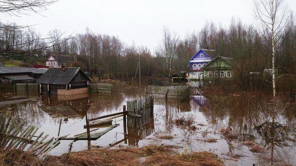 Последствия подтопления в поселке Крестцы Новгородской области