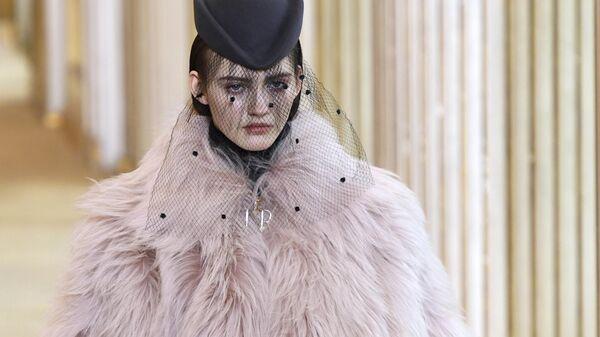 Модель во время показа коллекции Nina Ricci осень-зима 2018/2019 в Париже