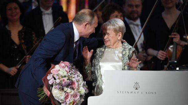 Александра Пахмутова отметила 90-летие за роялем в Большом театре
