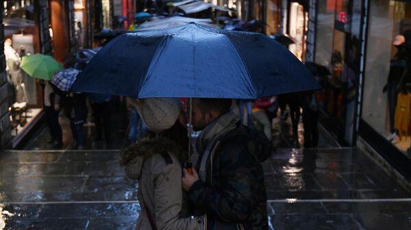 Молодые люди на одной из улиц в Венеции