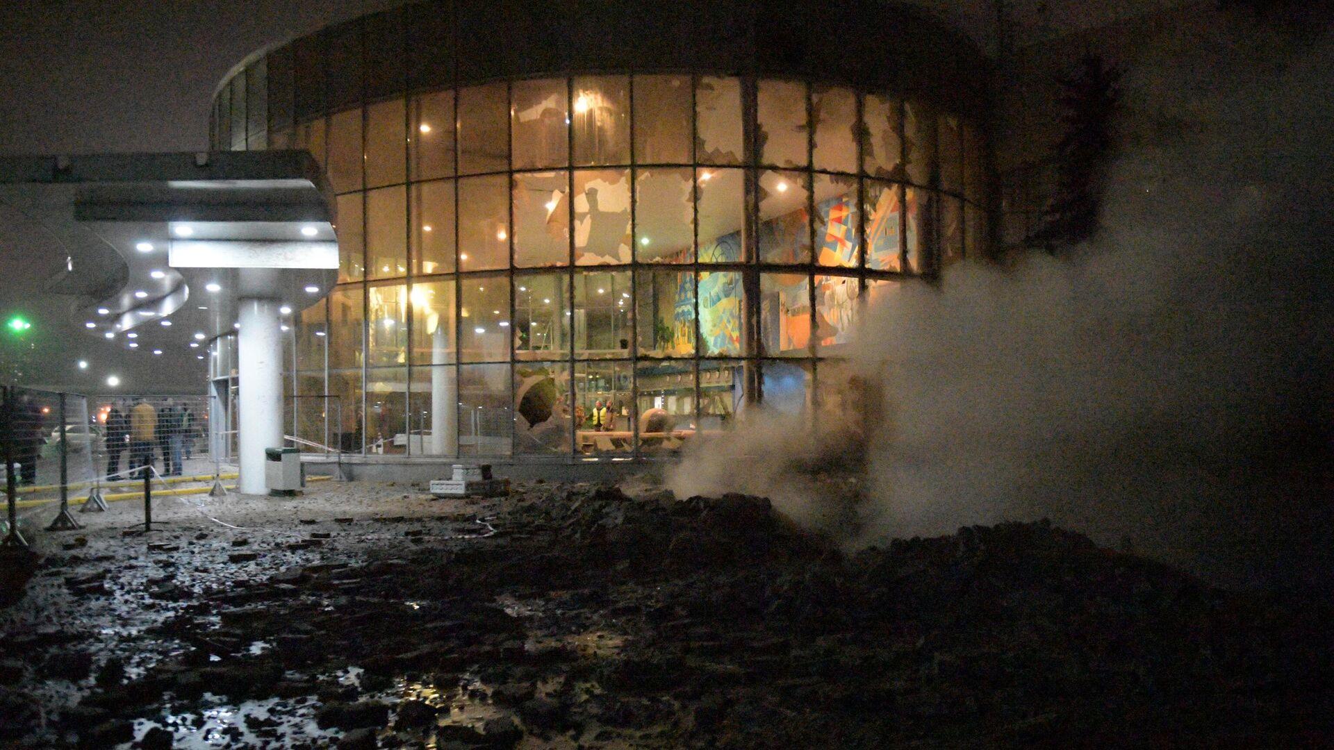 Стекла, выбитые в результате прорыва паропровода на территории завода пивоваренной компании Балтика в Санкт-Петербурге - РИА Новости, 1920, 11.11.2019