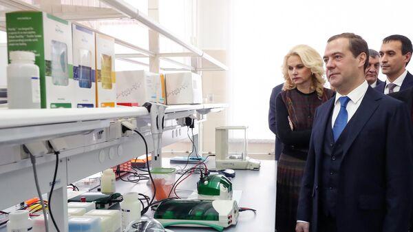 Дмитрий Медведев во время посещения Государственного научного центра вирусологии и биотехнологии Вектор в Новосибирске