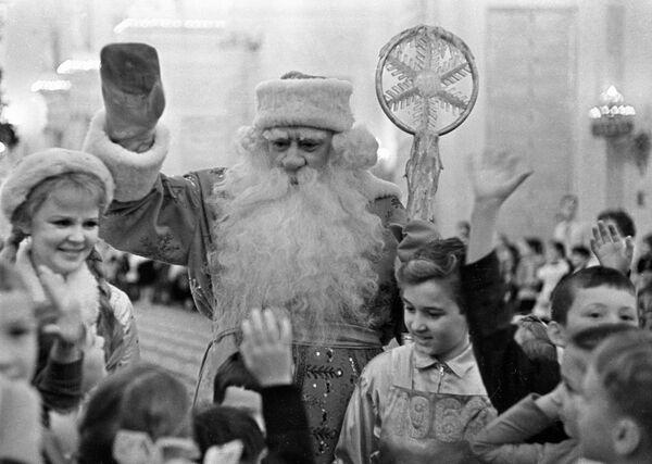 Дед Мороз и Снегурочка на Новогодней елке в Георгиевском зале Большого Кремлевского дворца