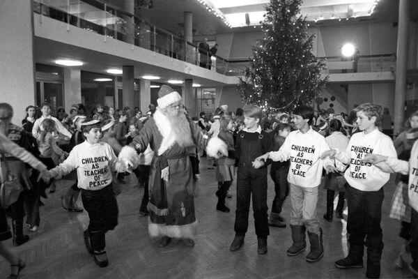 Делегация американских школьников, членов организации Дети как миротворцы на елке во Дворце пионеров и школьников на Ленинских горах