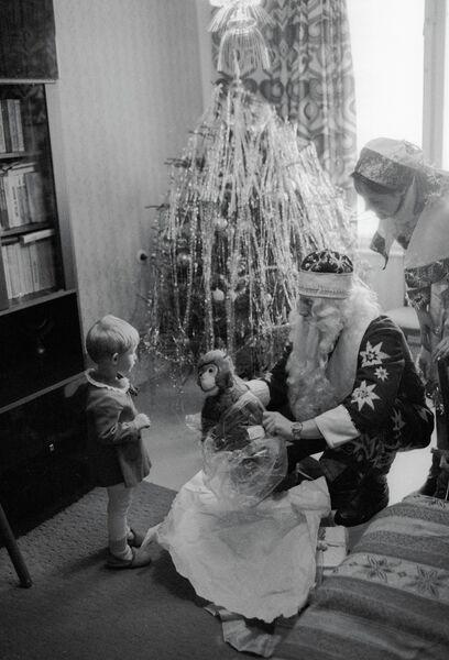 Дед Мороз и Снегурочка поздравляют с Новым годом трехлетнюю Машу Смирнову у нее дома
