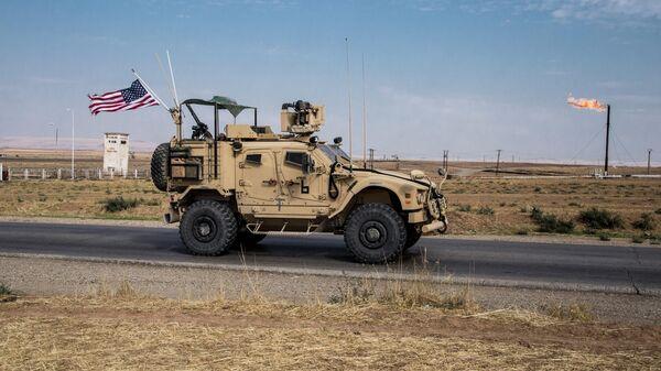 Американский военный автомобиль патрулируют сирийские нефтяные месторождения