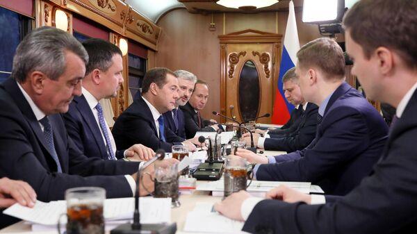 Председатель правительства РФ Дмитрий Медведев проводит совещание в поезде Новосибирск-Барнаул. 12 ноября 2019