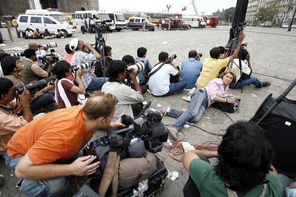 Фотографы и репортеры на площади перед отелем Тадж в Мумбаи