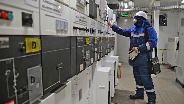 Сотрудник осматривает оборудование на солнечной электростанции