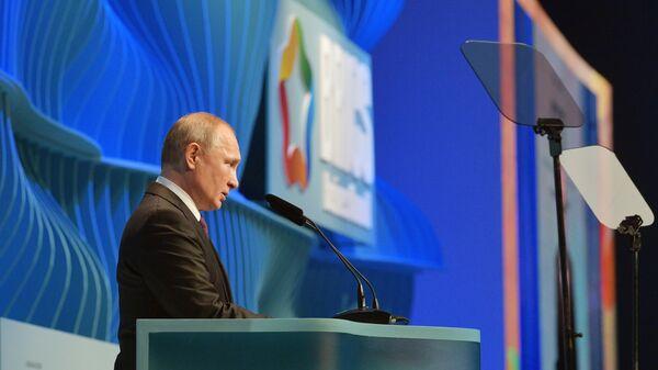 Президент РФ Владимир Путин выступает на церемонии закрытия Делового форума стран БРИКС