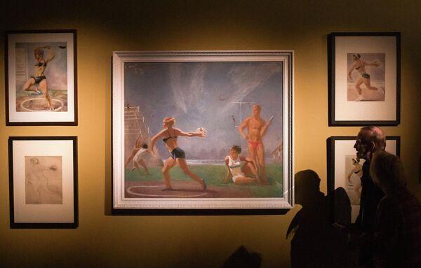 Посетители на выставке Дейнека/Самохвалов в рамках VIII Санкт-Петербургского международного культурного форума в центральном выставочном зале Манеж в Санкт-Петербурге