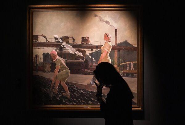 Девушка возле картины Александра Дейнеки Донбасс (1947 г.) на выставке Дейнека/Самохвалов в рамках VIII Санкт-Петербургского международного культурного форума