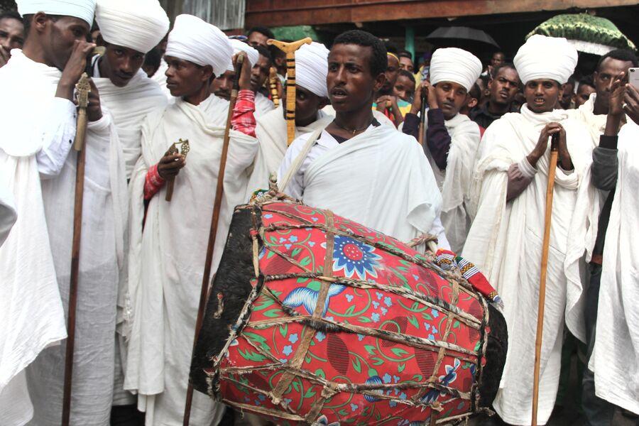 Служба во дворе кафедрального собора Гондэра. Эфиопия