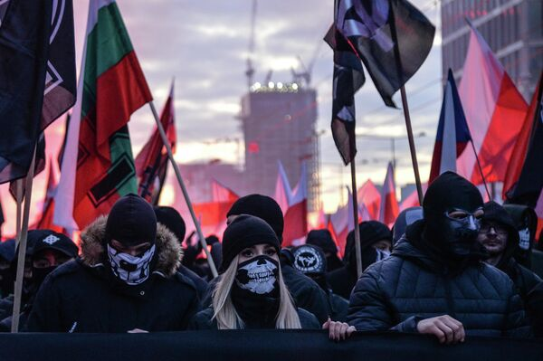 Участники марша по случаю Дня независимости Польши на одной из улиц Варшавы