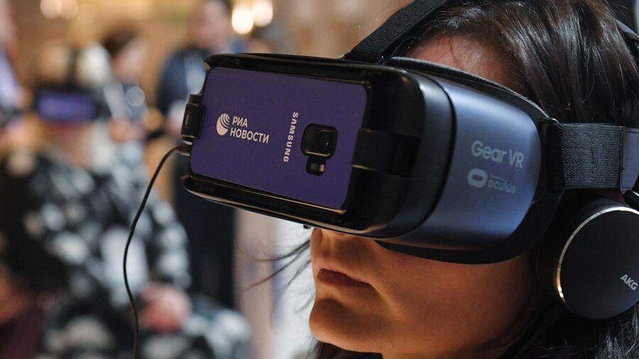 Девушка в очках виртуальной реальности на Международном культурном форуме в Санкт-Петербурге