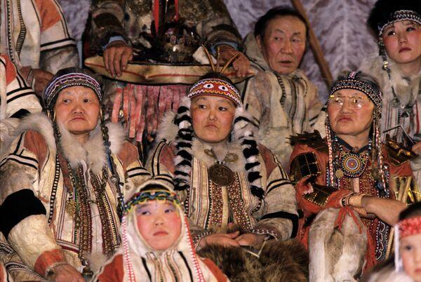 Выступление фольклорного ансамбля нганасан во Дворце культуры
